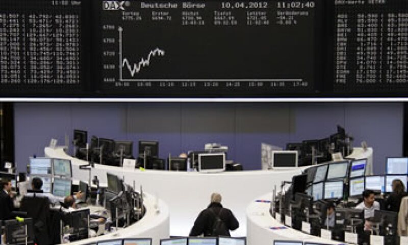 Las acciones europeas ampliaban sus pérdidas después de que Wall Street abrió con descensos. (Foto: Reuters)