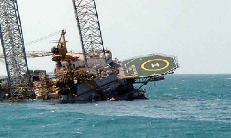 Pemex informó que la plataforma autoelevable se había ladeado, pero no hundido. (Foto: Cortesía )