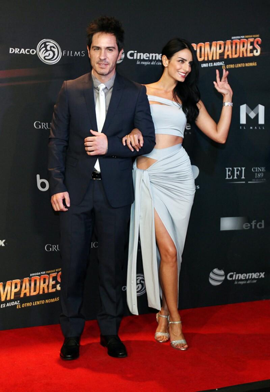 """El actor llevó del brazo a su prometida durante el estreno de la cinta """"Compadres"""", misma que protagoniza la guapa hija de Eugenio Derbez."""