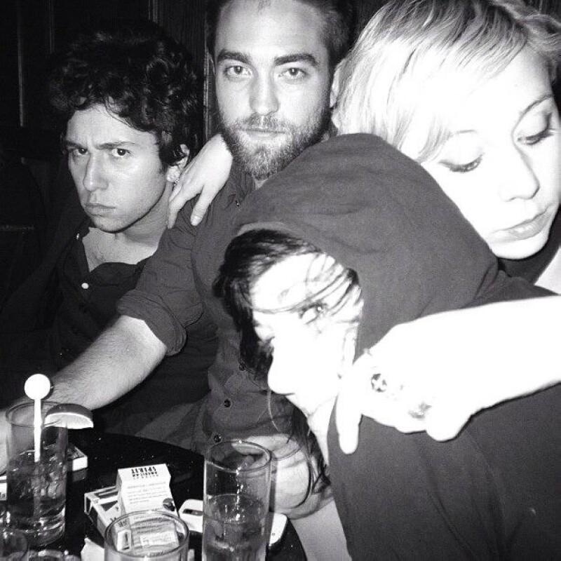Tras su ruptura con Kristen Stewart, el protagonista de Crepúsculo compartió en Instagram una fotografía en la que se le ve tomando unas copas en un bar de Los Ángeles con tres amigos.