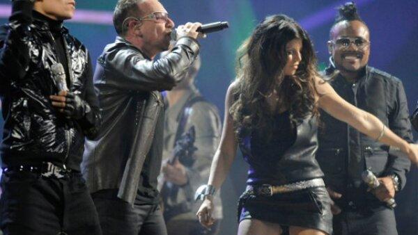 U2 compartió escenario con los Black Eyed Peas en el Salón de la Fama del Rock.