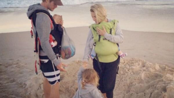 Ya sea en el campo o en la playa, la pareja de actores goza a sus tres hijos pequeños, demostrando que una vida ocupada no es obstáculo para disfrutar juntos de la naturaleza.