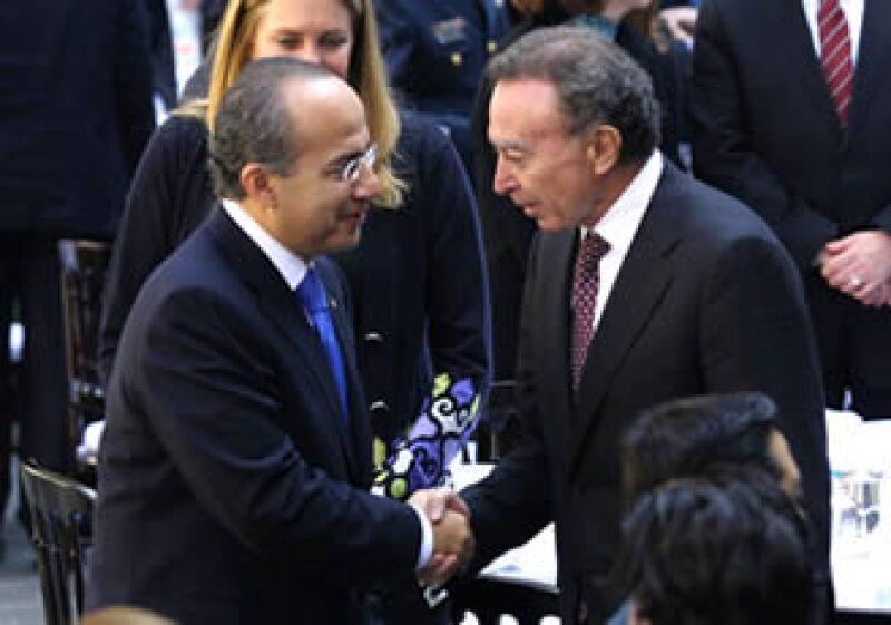 Calderón y Ortiz estrechan su mano en el marco de un discurso para celebrar la mitad de su sexenio presidencial. (Foto: Notimex)