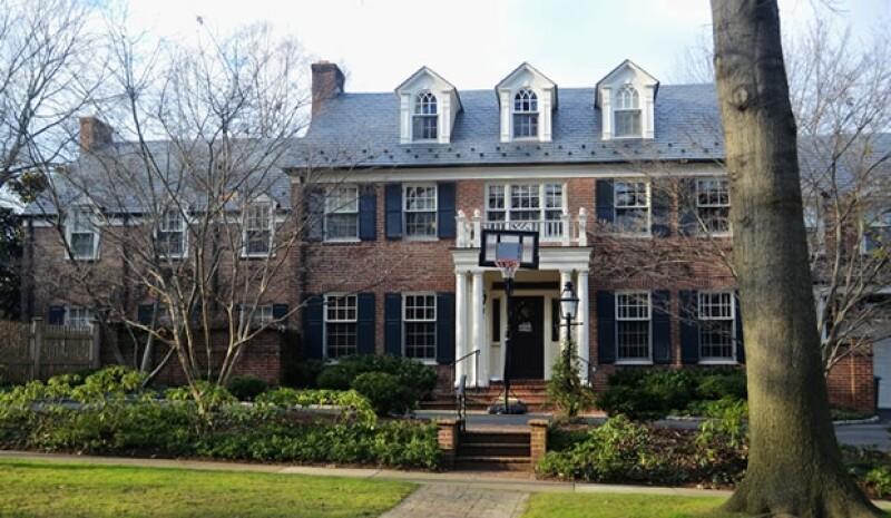 En esta casa vivieron los Duqes de Palma y sus cuatro hijos en Washington por tres años,