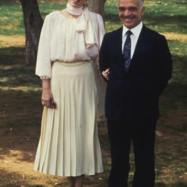 Noor junto a su esposo Hussein posando en los jardines de su palacio en Aqaba en 1984.