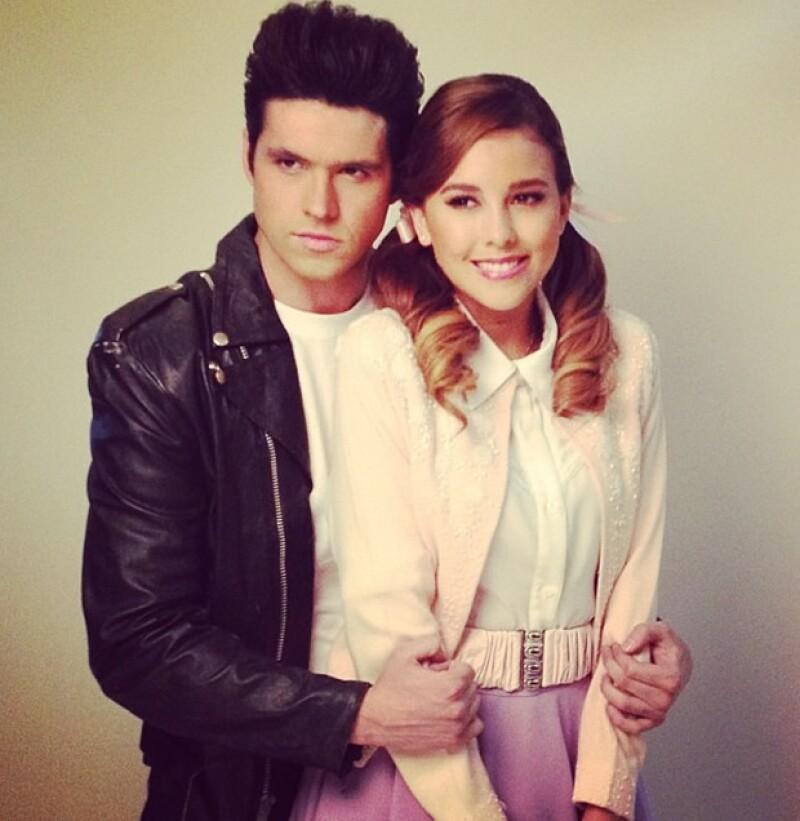 Eleazar y Paulina caracterizados de Danny y Sandy.