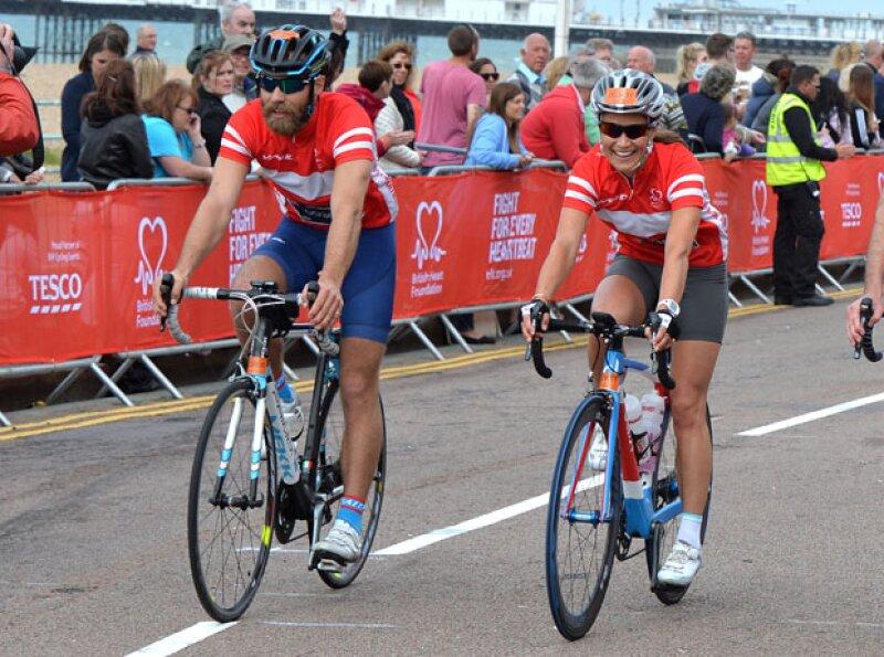 Los hermanos de Kate Middleton pusieron en práctica sus habilidades como ciclistas en una carrera a beneficio de British Heart Foundation.