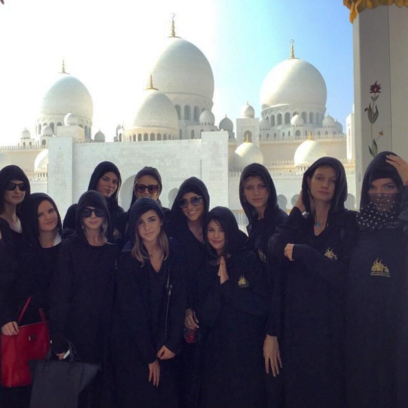 La cantante y la modelo, que se creía ya no eran amigas, viajaron a los Emiratos Árabes Unidos, donde muy probablemente recibirán el 2015 derrochando estilo y glamour.