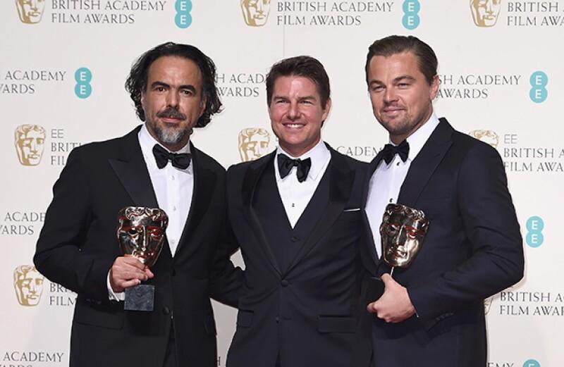 El actor posó con Alejandro González Iñárritu y Leonardo DiCaprio como ganadores de la categoría Best Film.