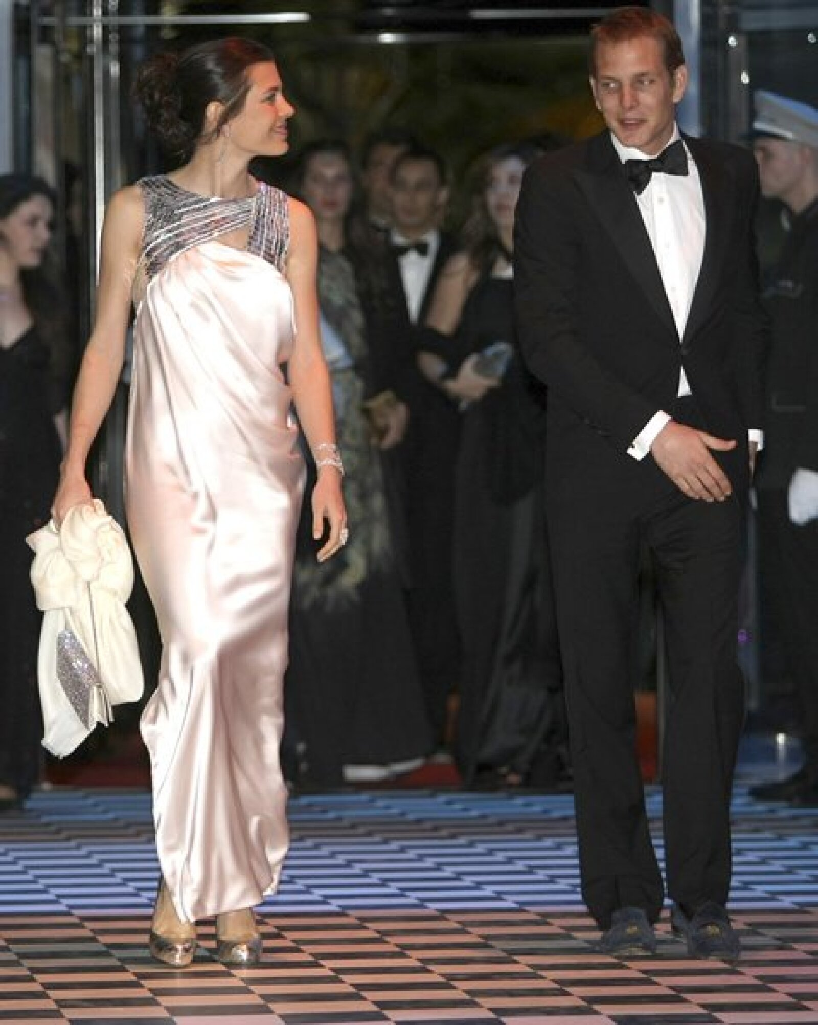A pesar de que Carlota acudió en compañía de su novio, Alex Dellal, durante la alfombra ella desfiló junto a su hermano, Andrea.