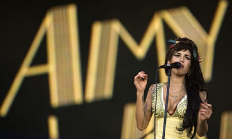 Winehouse, famosa por su voz inconfundible, su peinado y sus batallas públicas con diversas adicciones, fue hallada muerta en su casa del norte de Londres el 23 de julio. (Foto: AP)