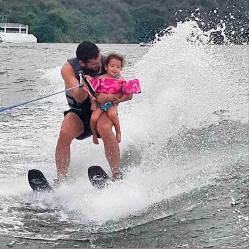 Martín Fuentes compartió en Instagram un video del momento en el que practica esquí con su hija en brazos y ella parece disfrutarlo.