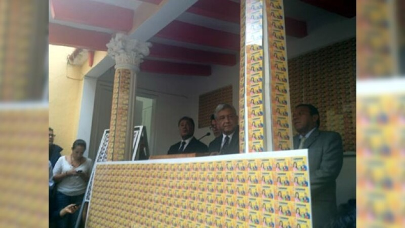 López Obrador en conferencia de prensa denuncia entrega de tarjetas del PRI