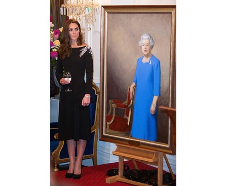 Podemos notar que el helecho que lleva la Reina en el retrato, es el mismo que el pin que se colocó en el abrigo rojo de la diseñadora Catherine Walker que usó Kate al llegar a Nueva Zelanda.