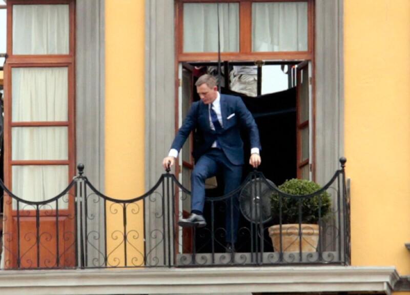 El actor lució elegante, tal como es característico del espía inglés, aun para grabar las escenas de acciòn.