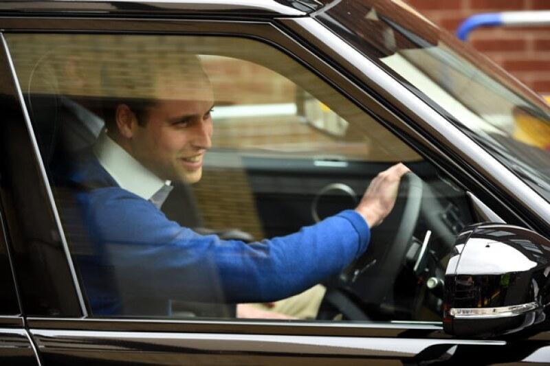 El mometo en el que el príncipe William parte a recoger a George para que conozca al nuevo miembro de la familia.