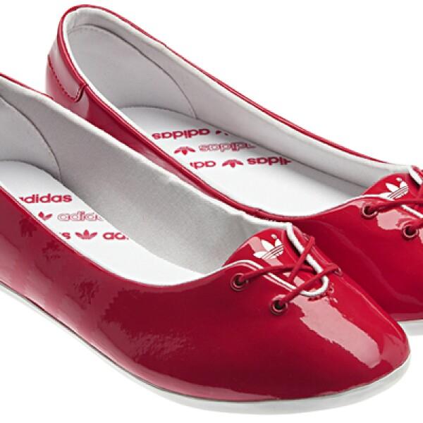 La marca privilegia la comodidad con los Adi Ballerina, fáciles de llevar y llamativos por su charol rojo intenso.