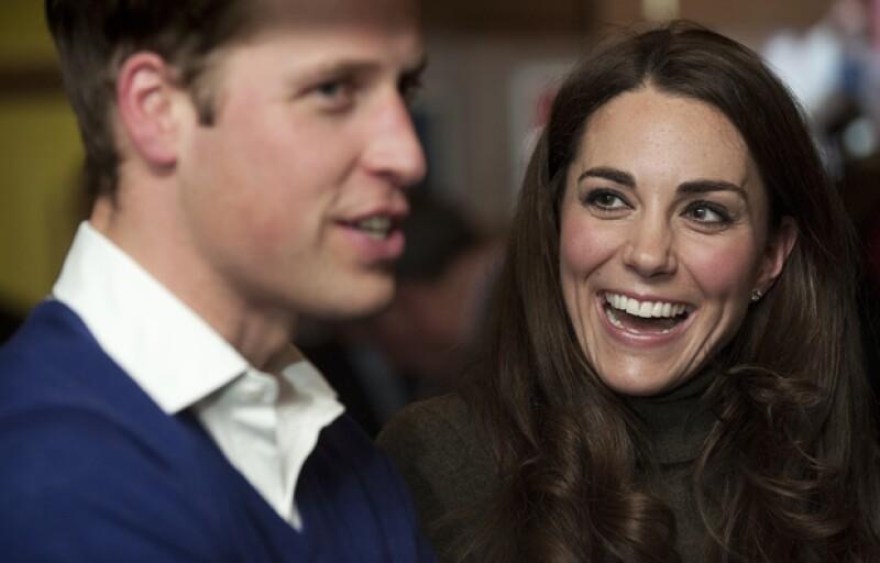 El  heredero a la corona de Inglaterra no sólo no tiene problema con toda la atención que recibe su esposa sino que se siente feliz de que le presten tanta atención a donde quiera que va.