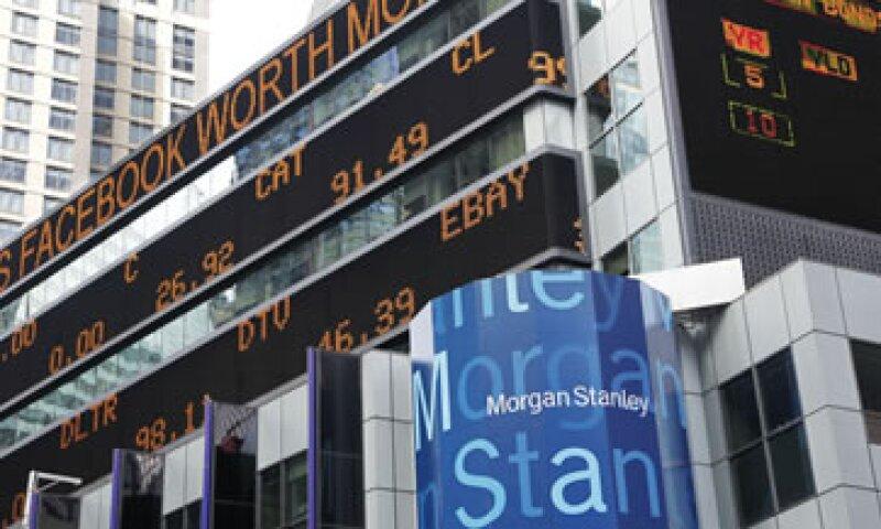 La FINRA indaga si los analistas de Morgan Stanley violaron las reglas al reducir su previsión de ganancias para Facebook pocos días antes de la OPI de esa empresa. (Foto: AP)