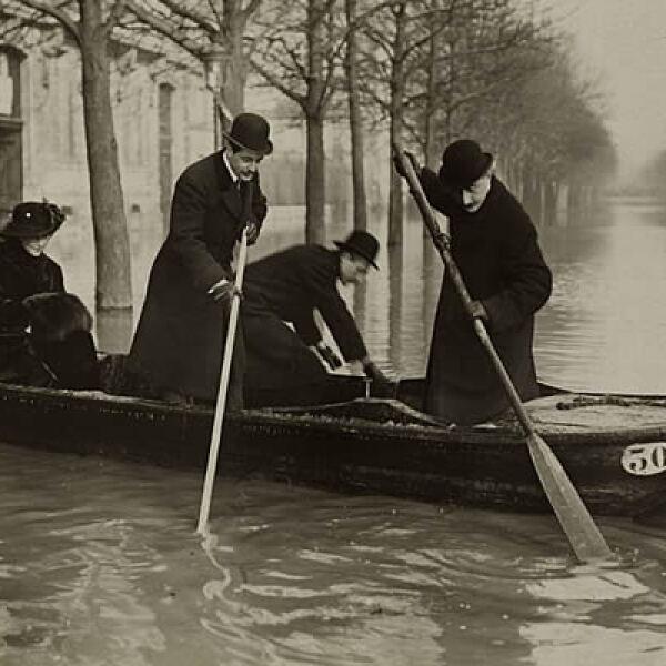 Los Campos Elíseos estaban sumidos en la oscuridad e invadidos por el agua, señalaba la prensa de la época.