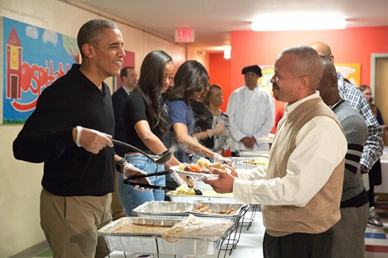 Obama se mostró amable con las personas que acudieron a celebrar el Día de Acción de Gracias con ellos.