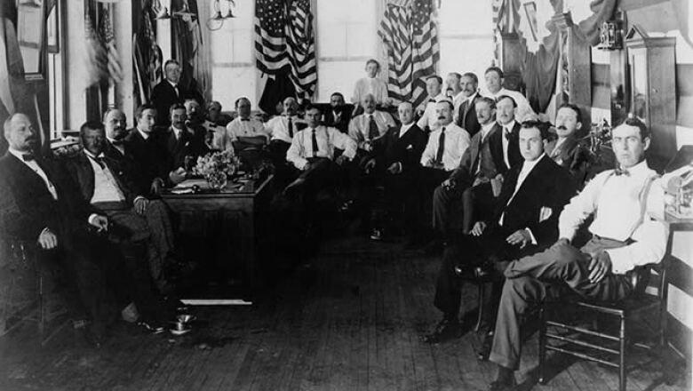 IBM comenzó operaciones con el nombre de Computing Tabulating Company o CTR el 16 de junio de 1911. Con 1,300 empleados, la firma se especializó en relojes 'checadores' para trabajadores y estacionamientos.