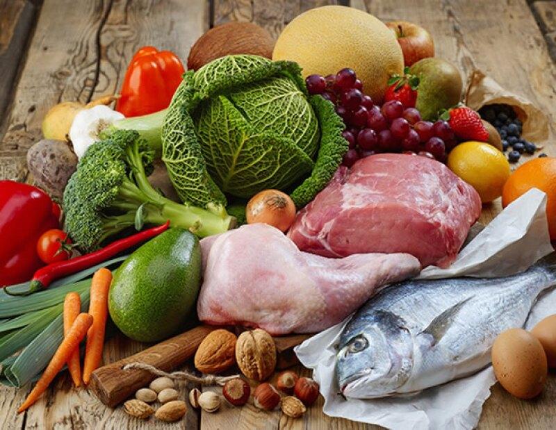 La dieta paleo es alta en el consumo de proteínas, vegetales y grasas, moderada en frutas y baja en carbohidratos.