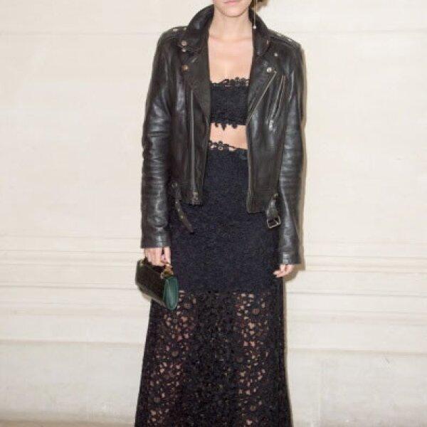Emma en el show de Valentino impactó con su outfit, un crop top y falda en encaje negro, el toque especial fueron unos pointy shoes rojos.