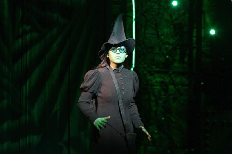Danna Paola en el papel de Elphaba, la bruja mala.