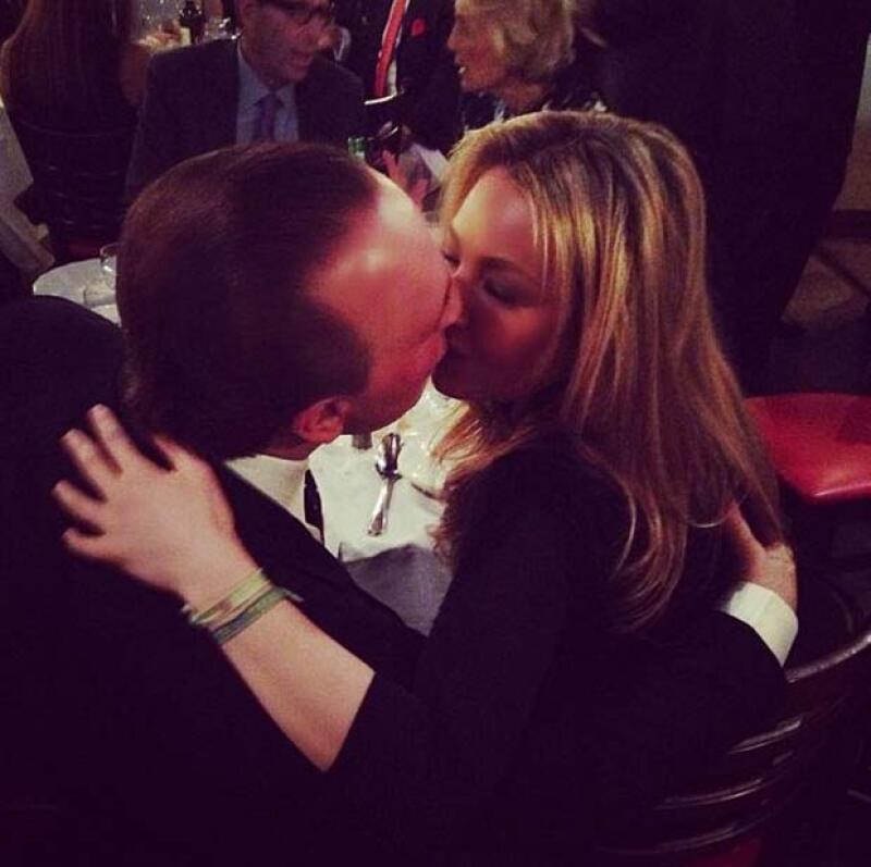 Thalía y Tommy sellaron su amor con este romántico beso.