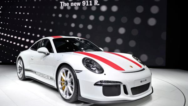 3. Porsche 911 R. Es una verdadera bestia gracias a su motor boxer 6 atmosférico de 500 CV.