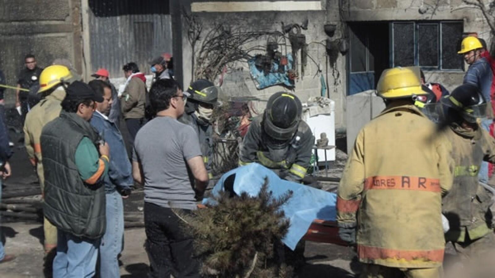 Los rescatistas trasladan al Semefo a una de las más de 22 personas que murieron calcinadas en el estallido