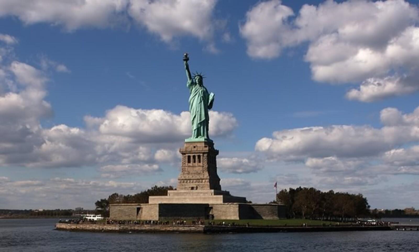 Nueva York es una de las ciudades más visitadas del planeta. Ya sea por sus atracciones, su estilo de vida o su gente, este destino ofrece algo para cada persona. En esta foto vemos la mítica estatua de la libertad quien nos invita a recorrer las maravill
