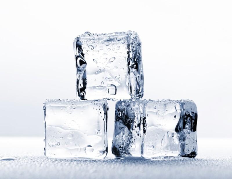 El hielo ayuda a la circulación en la cara y a mantener la piel saludable.