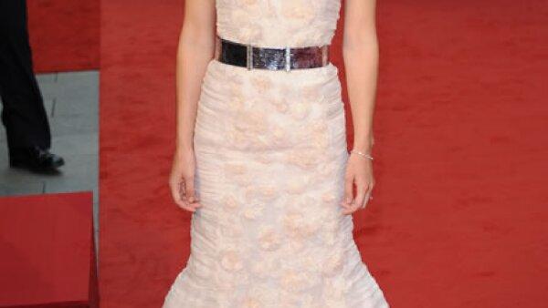 La actriz lució regia en la premiere de Anna Karenina con un vestido de alta costura de Chanel que llevaba aplicaciones de las famosas camelias de la marca.