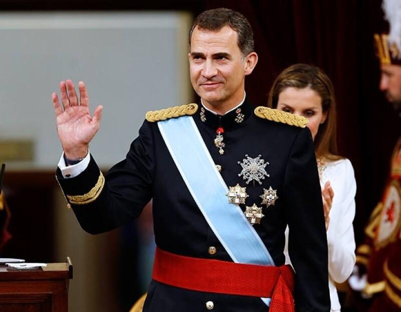 """En una ceremonia en el Congreso de los Diputados, Felipe VI juramentó como nuevo rey y prometió velar por la """"dignidad"""" de la institución"""