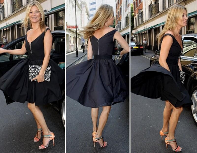 La supermodelo vivió un momento Marilyn cuanod el viento levantó su vestido.