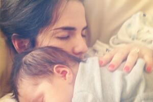 La actriz tomó una siesta con este adorable bebé.