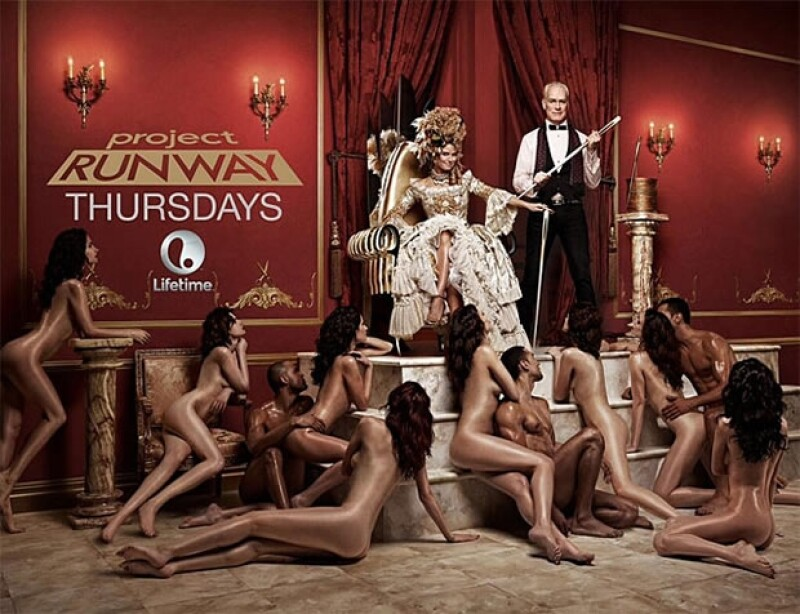 La modelo aparece vestida de María Antonieta y en sus pies varios hombres y mujeres desnudos.