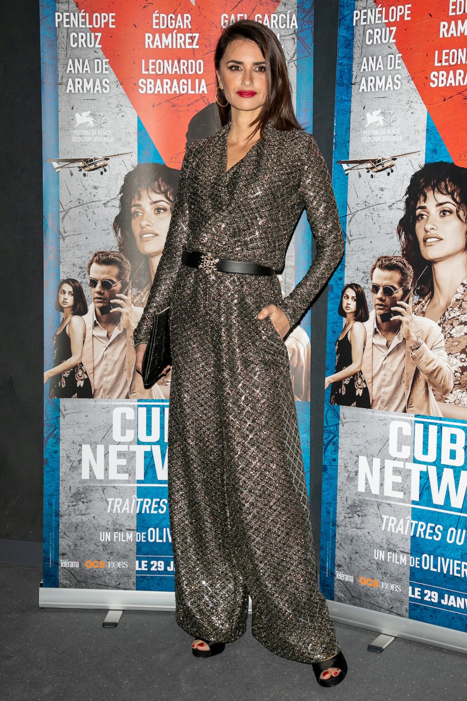 Penelope Cruz reaparece en Paris con un jumpsuit de algodón dorado de Chanel con accesorios en color negro de la misma marca.