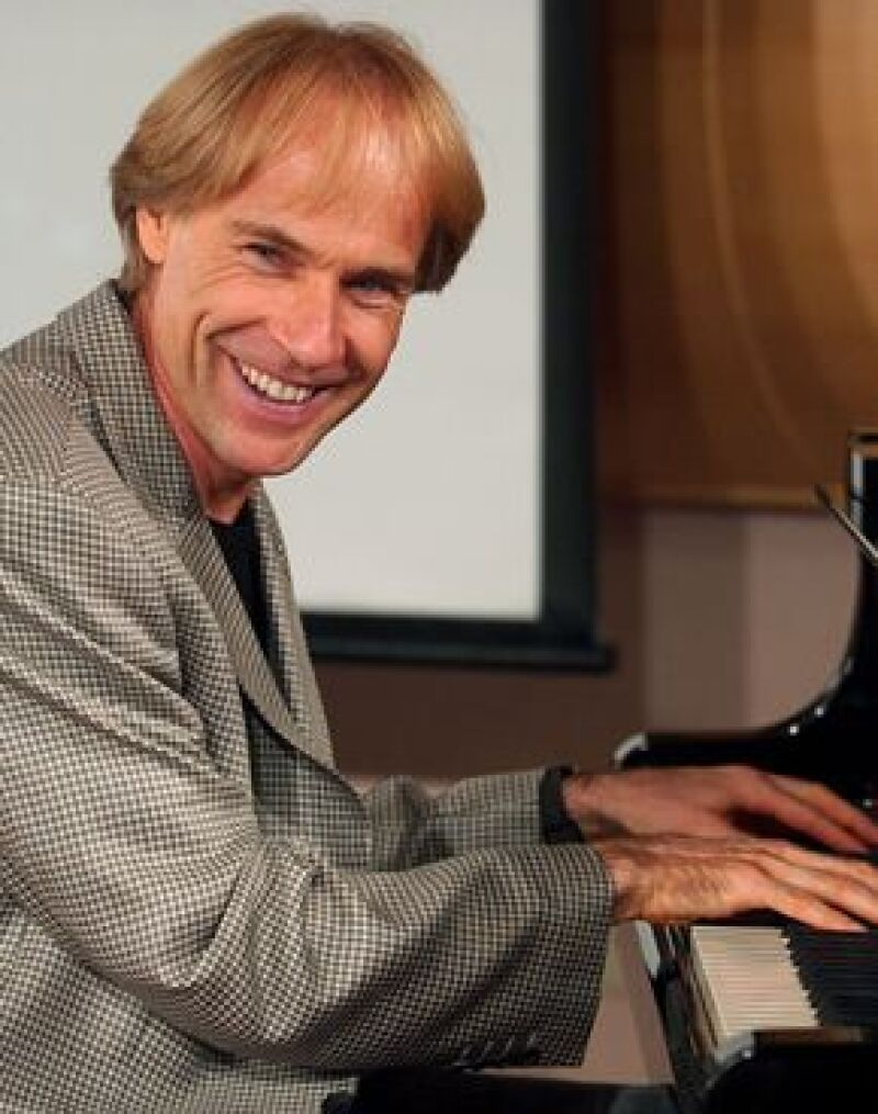 El pianista ofreció concierto romántico por el día del amor y la amistad ante 3 mil personas.