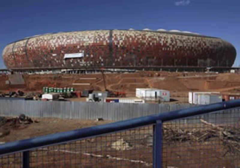 Sudáfrica y la OMS contemplan medidas sanitarias para evitar el virus H1N1 en Sudáfrica 2010. En la foto el estadio que se prepara para la copa, Soccer City, aún en construcción. (Foto: AP)