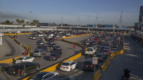 Larga espera para cruzar la frontera se registra debido a restricciones impuestas por el gobierno Estados Unidos.