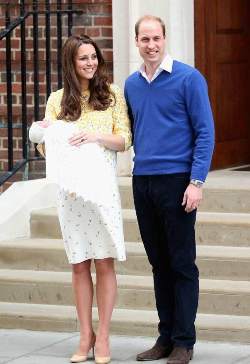 Hace un par de horas el príncipe George llegó al hospital para conocer a su hermanita.