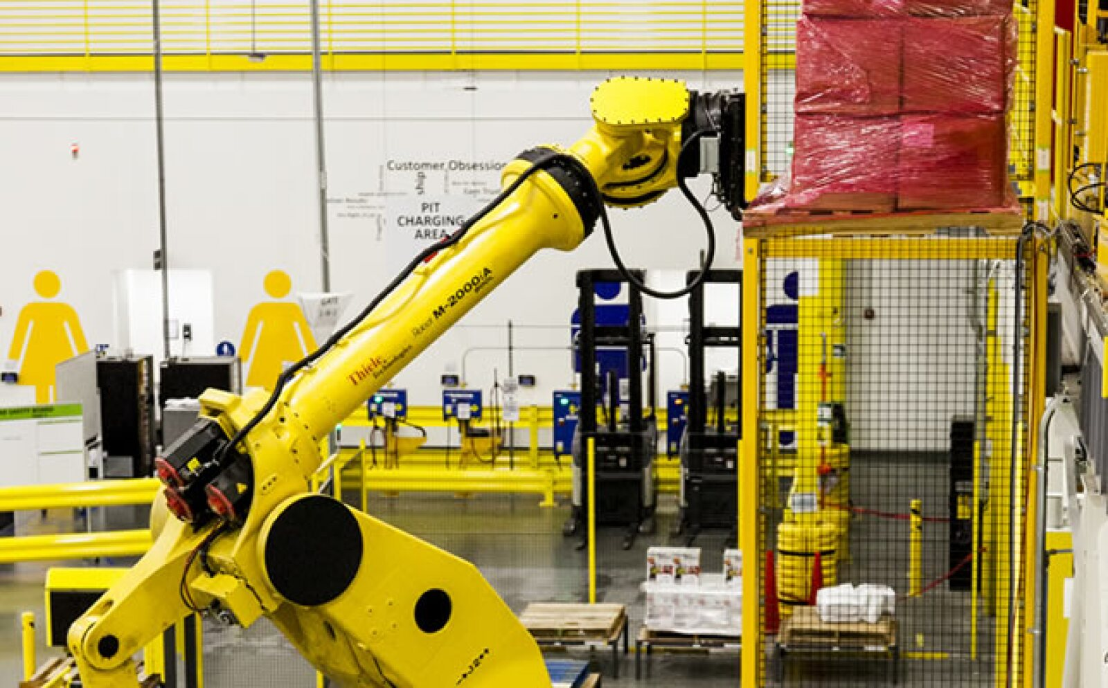 En el centro también trabaja Robo Stow, uno de los brazos robóticos más grandes del mundo y capaz de cargar y ordenar cientos de kilos en producto