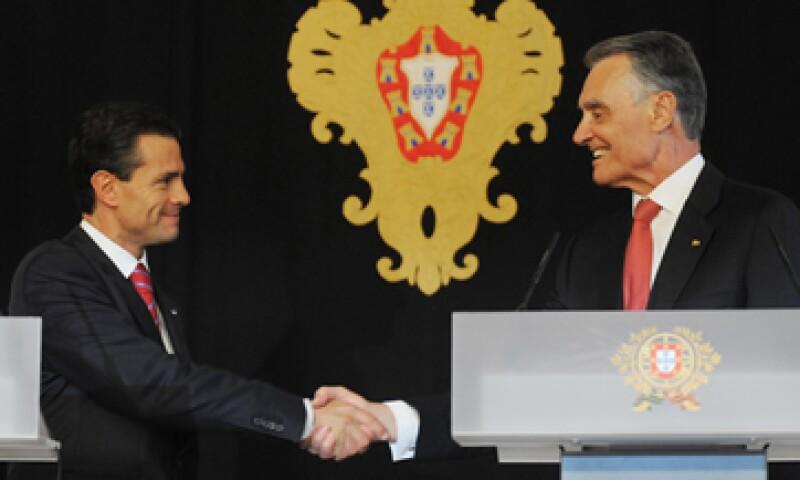 La relación energética entre México y Portugal puede ser trascendente, dijo el mandatario mexicano ante su homólogo luso, Aníbal Cavaco (der).  (Foto: Notimex)