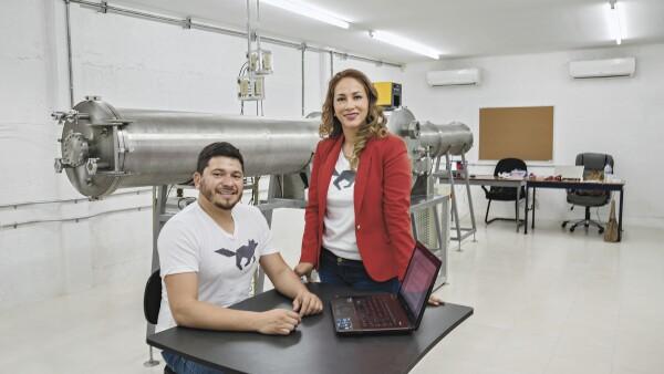 Carlos Cortés (32) y Fátima Rocha (31) quieren licenciar su tecnología a maquiladoras dedicadas a prendas de invierno