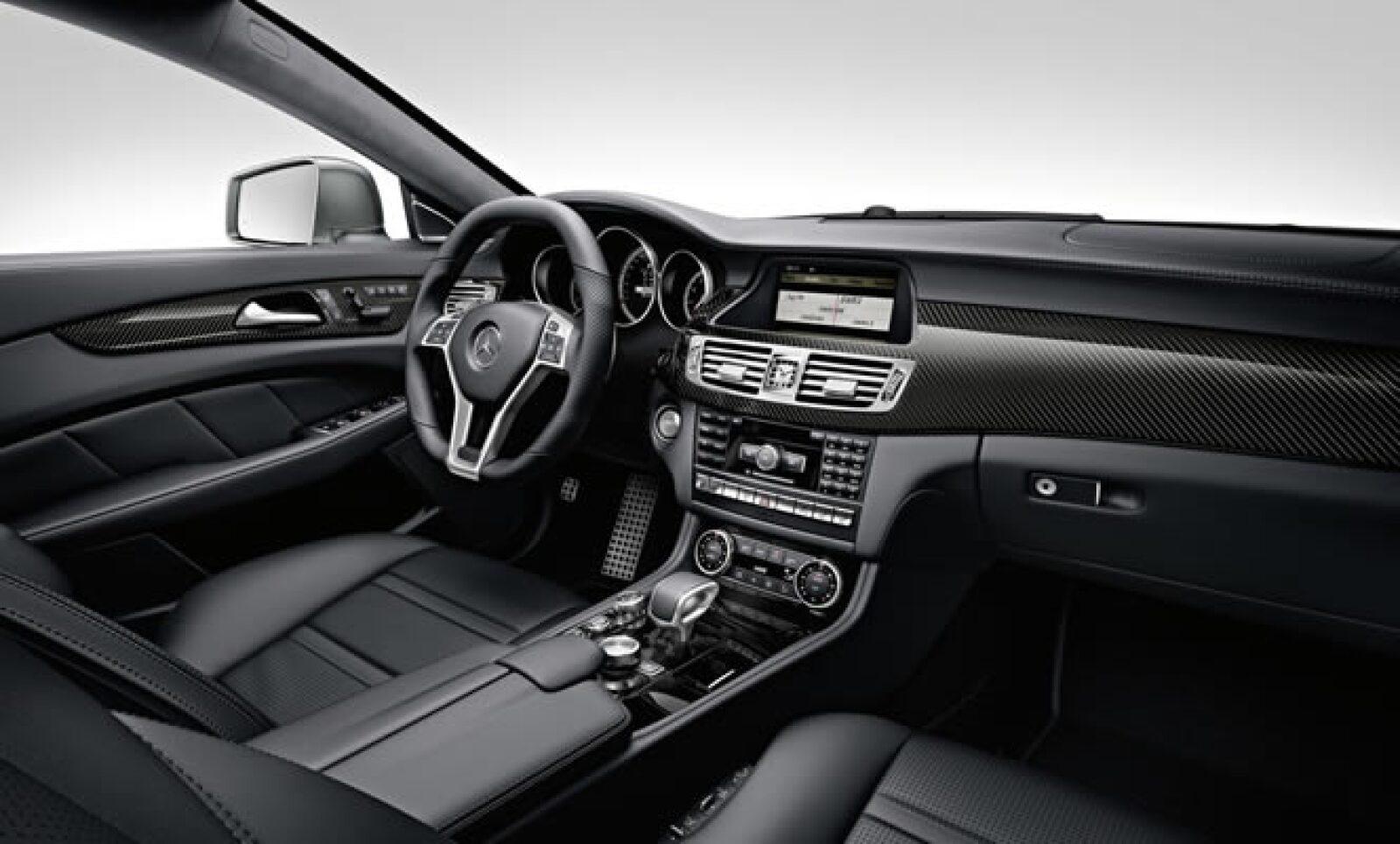 El interior del vehículo tiene asientos en piel importada de Italia, calefacción personalizada en cada asiento, sistema GPS táctil, sonido BOSE y reproductor de Blu-Ray en la parte posterior.