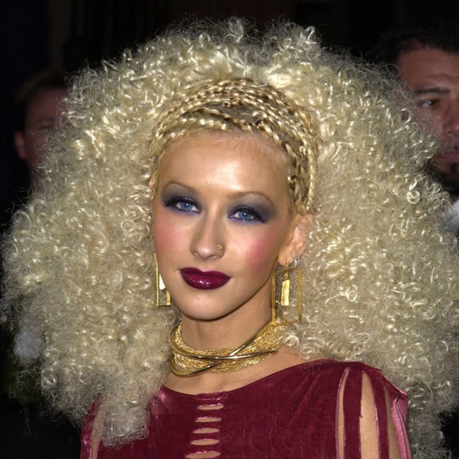 Christina Aguilera- Siempre ha sido excéntrica y original pero nunca decepcionó tanto como cuando decidió enchinarse el pelo de esta manera.