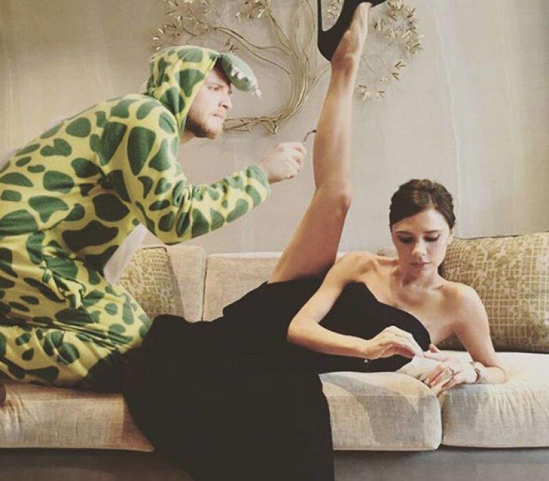 El creativo también aparece junto a Victoria Beckham.